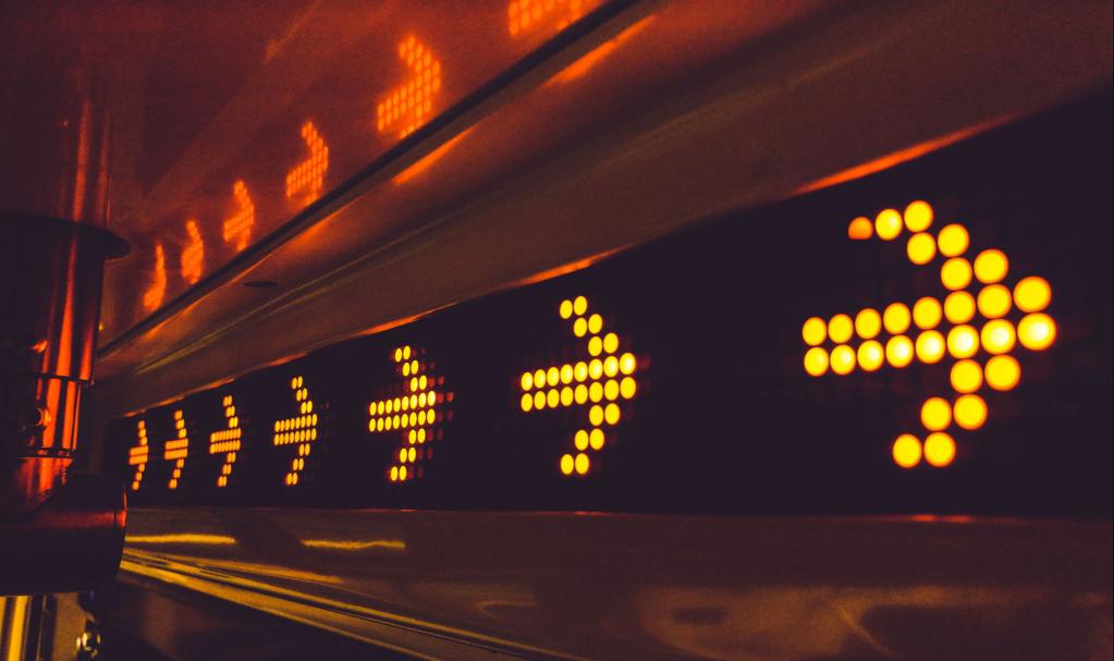 flèches lumineuses sur un mur